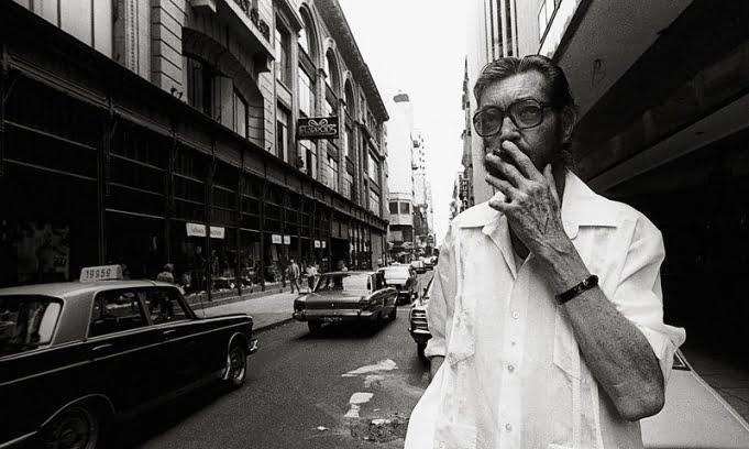 Hoy cumpliría 98 años el escritor Julio Cortázar