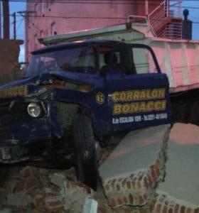 Un camión embistió a un vehículo y terminó incrustado en un paredón