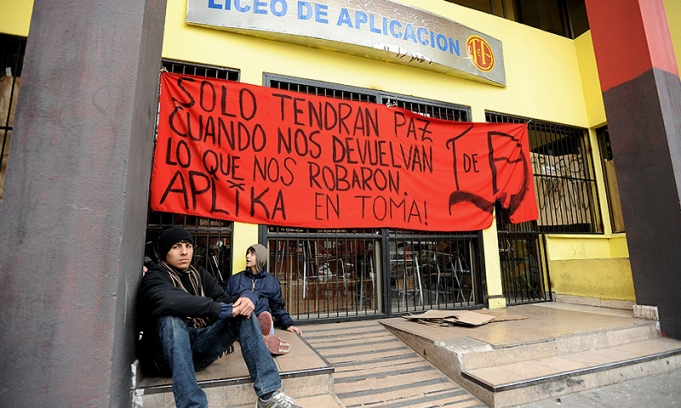 Chile: detenciones masivas durante el desalojo de los colegios tomados en Santiago