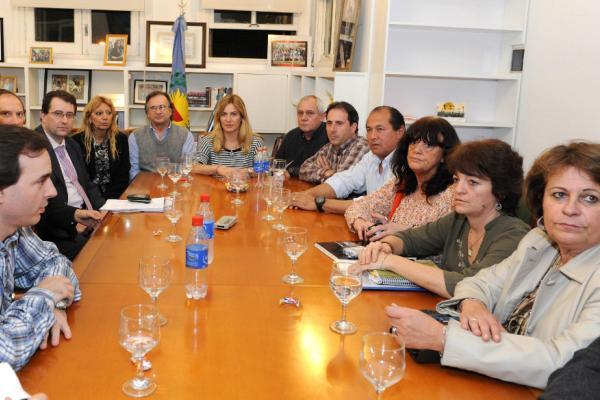 De Lucía le dijo a los gremios docentes que no jubilarán de oficio a los maestros