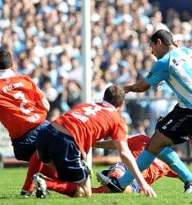 Un doblete del Pepe Sand le dio el clásico a Racing y hundió a Independiente en el descenso
