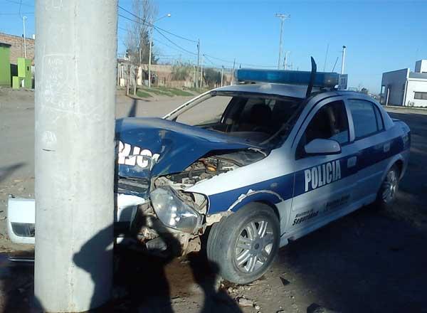 Dos policías heridos al chocar el patrullero contra un poste