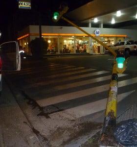 Un colectivo derribó un semáforo en Avenida Colón y 9 de julio