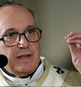 Bergoglio exigió a los curas que bauticen a los hijos de madres solteras