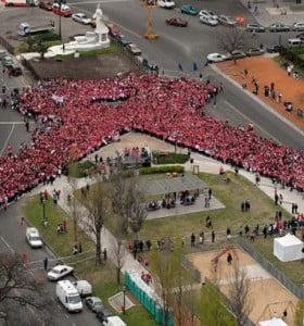 Seis mil personas formaron el lazo más grande de América contra el cáncer de mama