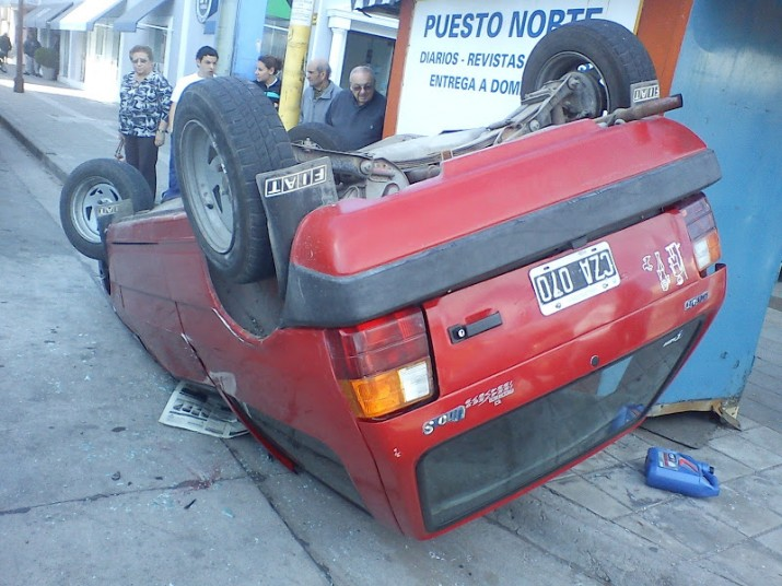 Dos autos chocaron y uno de ellos volcó por el impacto