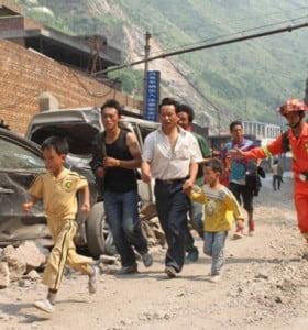Aumentan a 80 los muertos por los terremotos en China