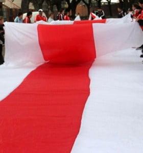 Hinchas de River presentan la bandera más larga del mundo