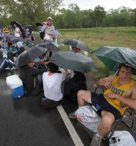 Los hinchas de Boca esperaron bajo la lluvia por las populares