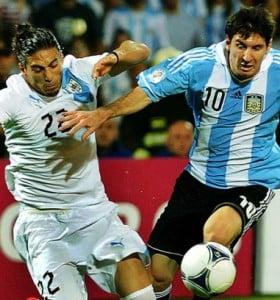 La Selección goleó a Uruguay para volver a ser líder