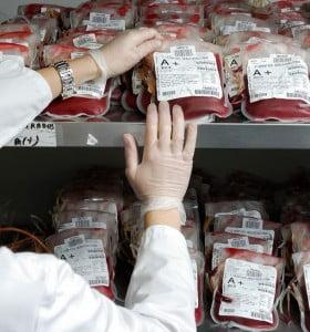 ¿Se debe permitir a los homosexuales donar sangre?