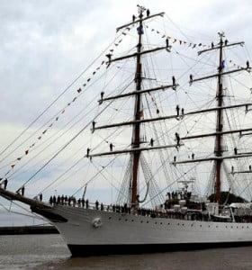 Evacúan la Fragata Libertad y los marinos llegarán al país el miércoles por la noche