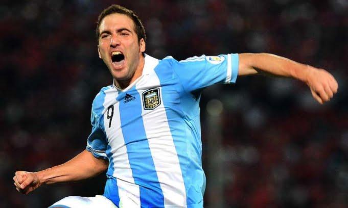 Con goles de Messi e Higuaín, Argentina le ganó a Chile y sigue líder