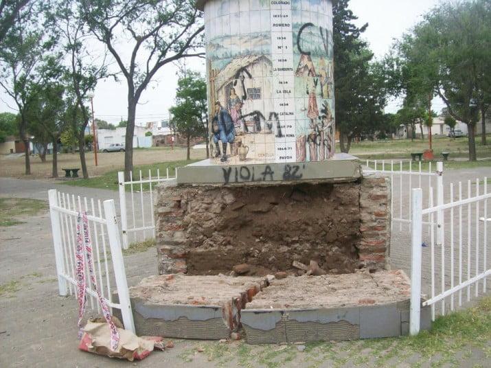 Se desplomó parte de la base del monumento central de la Plaza Ejercito Argentino