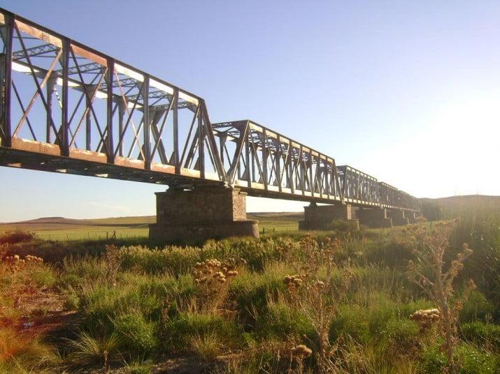 Retiraron uno de los puentes del ferrocarril Rosario-Puerto Belgrano