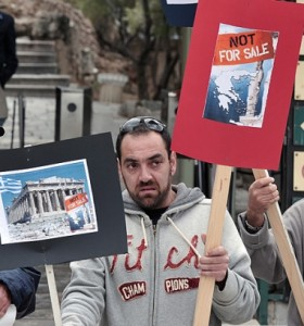 El Parlamento griego aprobó un nuevo ajuste y varios sindicatos extendieron el paro