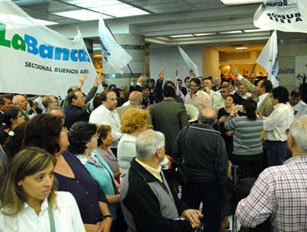 Paritarias: bancarios cerraron un acuerdo por tres meses y pedirán 23% en 2013