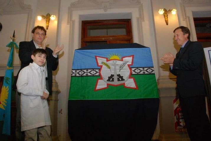 Bahía Blanca presentó en sociedad su bandera representativa