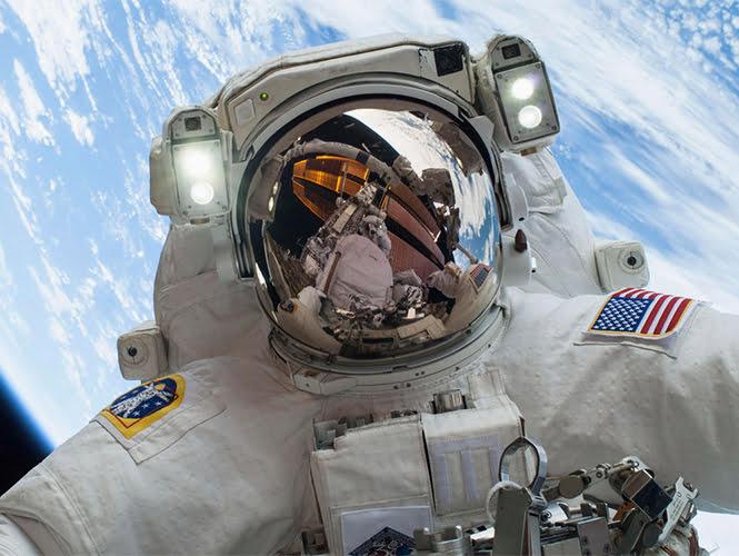 Dos cosmonautas rusos iniciaron este viernes una caminata espacial
