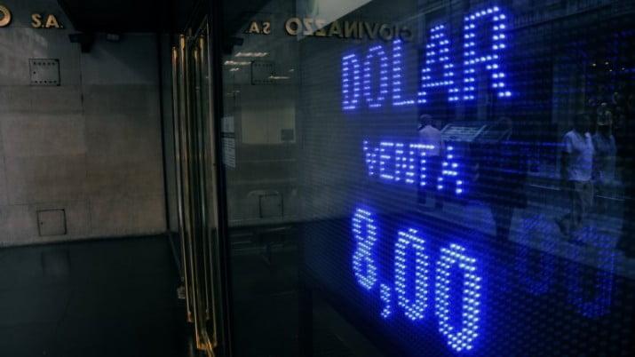 Tras los anuncios del Gobierno, el dólar oficial cerró la jornada estable a 8 pesos