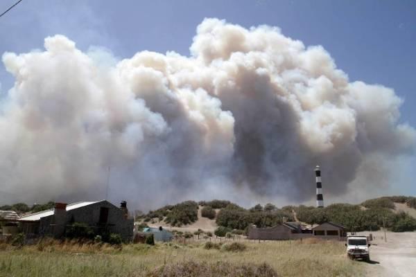 Incendio en Claromecó: Cambió el viento, y el fuego se alejó de las casas