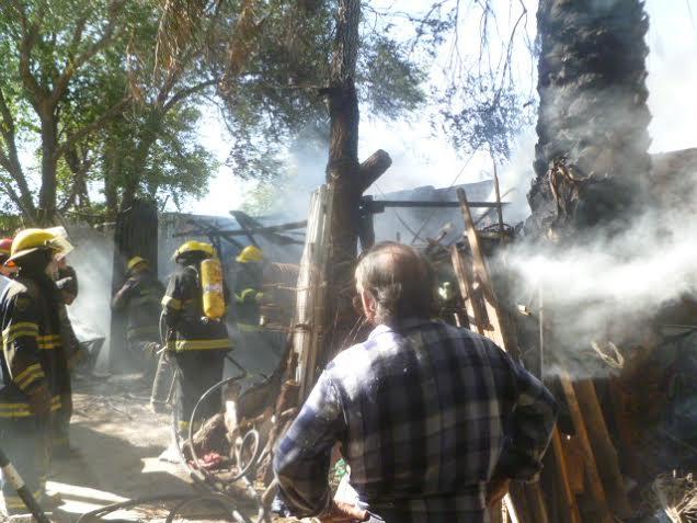 Un menor, jugando, incendió patio de vivienda