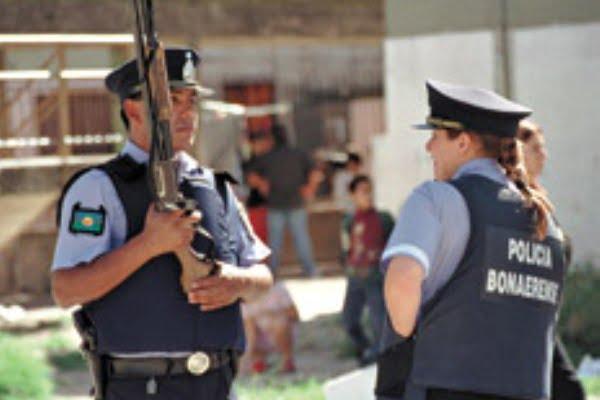 Policías que cuidan hospitales cobrarán más por adicionales