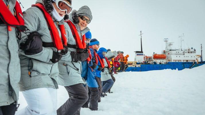 Rescataron pasajeros y tripulación de buque varado en la Antártida