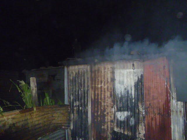 El fuego consumió una precaria vivienda del Barrio Martín Fierro