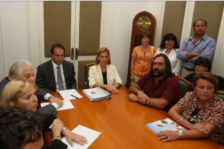"""Scioli convocó a reunión """"técnica no salarial"""" a docentes y estatales"""