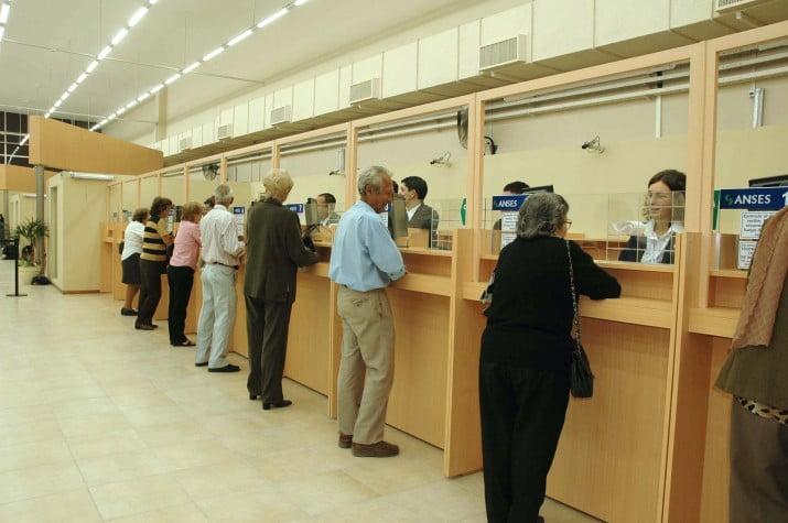 Piden la instalación de baños públicos en bancos donde se paguen jubilaciones