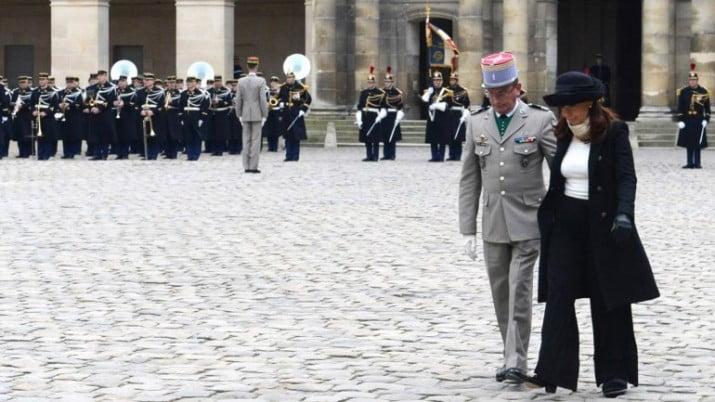 Francia recibió a Cristina con honores militares, frente al mausoleo de Napoleón