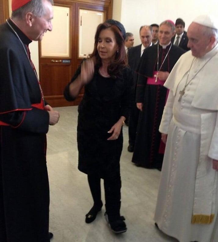 Antes del encuentro con el Papa, la Presidente se esguinzó