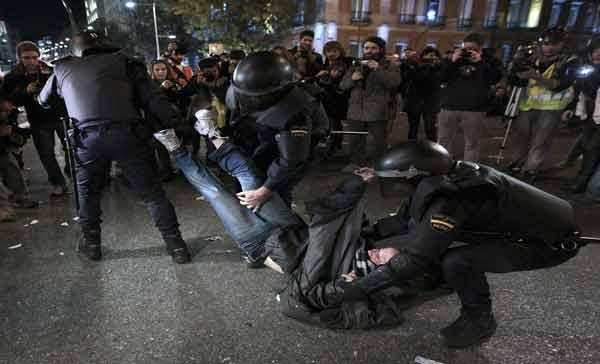 Fuerte represión contra masiva protesta social en Madrid