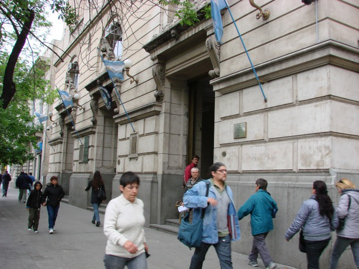 Agentes penitenciarios retirados custodian edificios púlicos bahienses