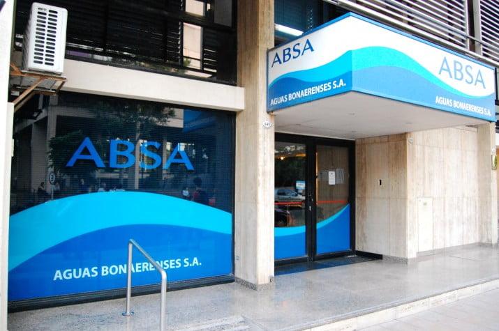 Absa prepara un plan para cobrar el servicio de agua por litro consumido
