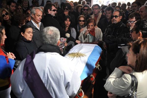 Conmovedora y multitudinaria despedida a los restos de Alcón
