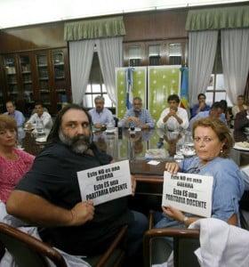 Docentes esperan llamado para mañana y exigen la devolución de descuentos