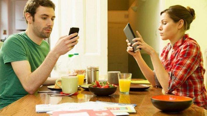 """¿Qué es el """"phubbing"""" en la pareja y cómo evitarlo?"""