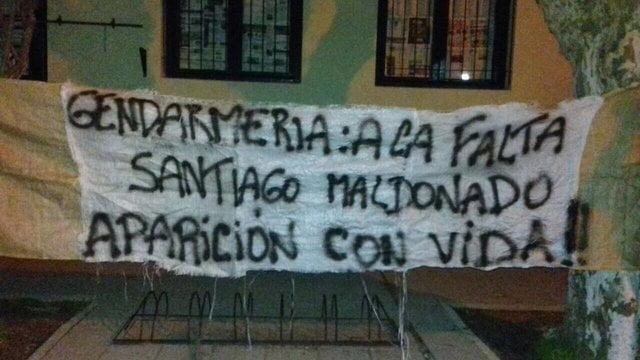 La bandera que pusieron en la escuela donde debe votar Santiago Maldonado