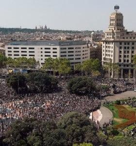 Una multitud se congregó en la plaza de Cataluña para hacer un minuto de silencio