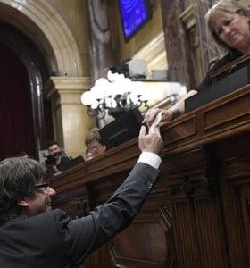 Cataluña se declaró independiente y el Senado español aprobó la intervención