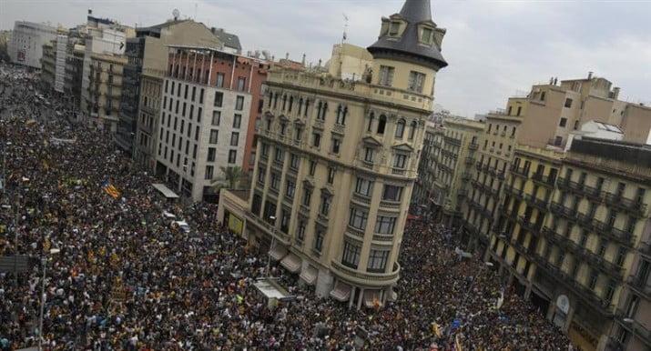 Cataluña: paro y masivas protestas contra la represión policial durante referendo