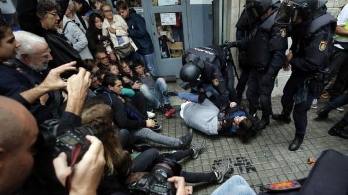 Cataluña: la policía reprime a los votantes