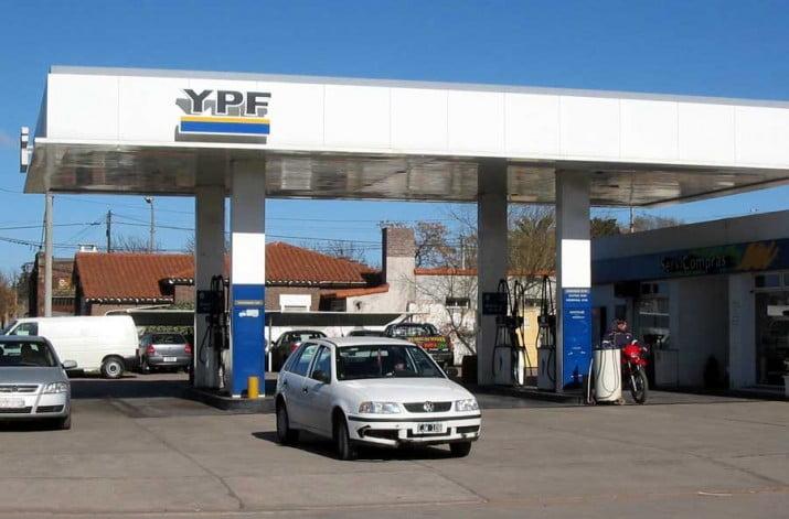 Hoy a la medianoche YPF baja el precio de los combustibles