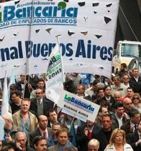 Bancarios paran y marchan y la CGT evalúa una movilización