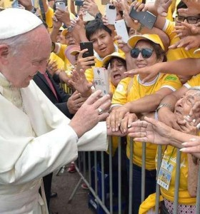 Francisco cerró su gira con evento masivo y críticas de la prensa argentina