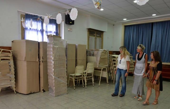 Entrega de mobiliario y tiles para escuelas for Mobiliario para estudiantes