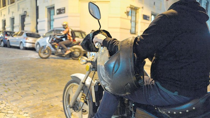 Tres de cada diez motociclistas usan mal el casco en la Argentina