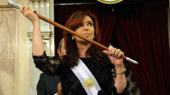 Bonadio ordenó abrir una causa por un bastón presidencial que le regalaron a los Kirchner